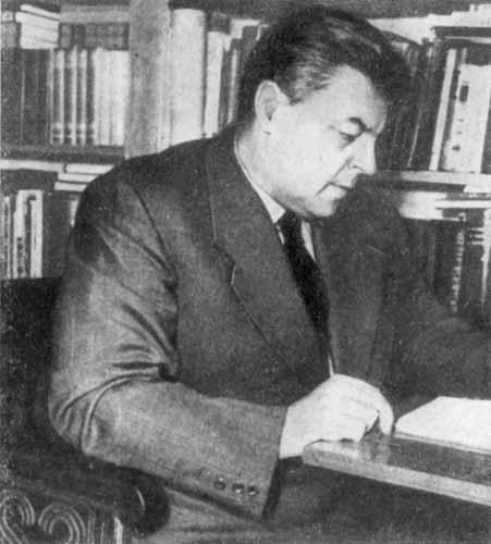 И.А. Ефремов в рабочем кабинете